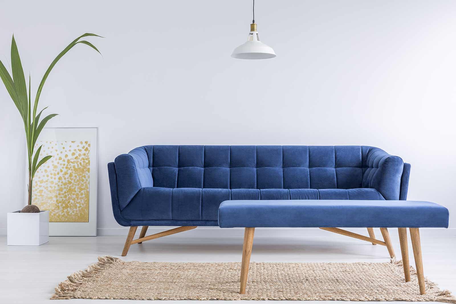 modrá pohovka v interiéri