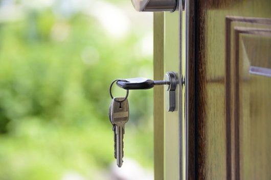 kľúč vo dverách