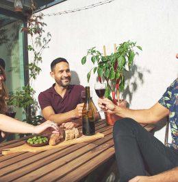 partia kamarátov na terase