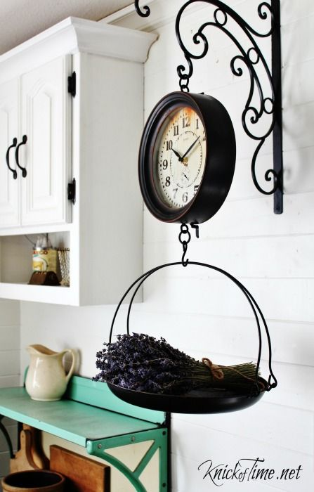kuchynský doplnok v podobe vintage hodiniek