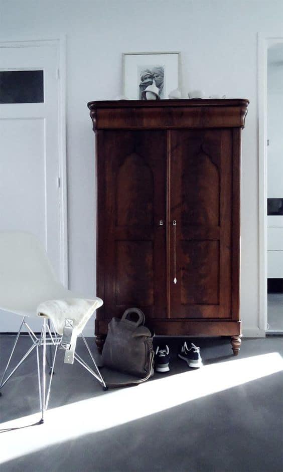 stará skriňa využitá v modernej spálni