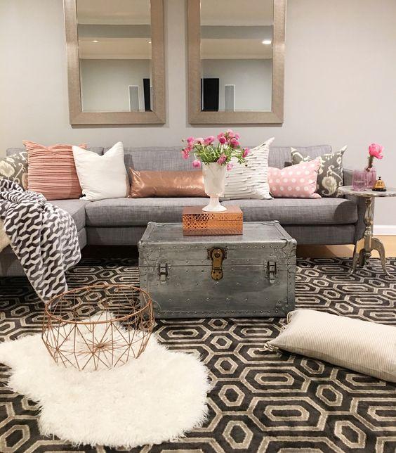 stará truhlica použitá ako stolík v obývačke