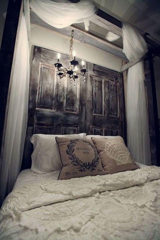 staré dvere za posteľou v spálni