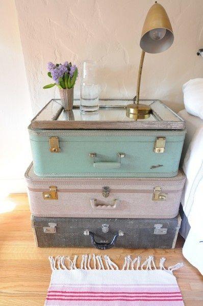 staré kufre ako nočný stolík