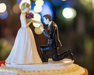 figúrky nevesta a ženích na svadobnej torte