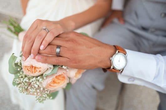svadobný pár ruky s obrúčkami