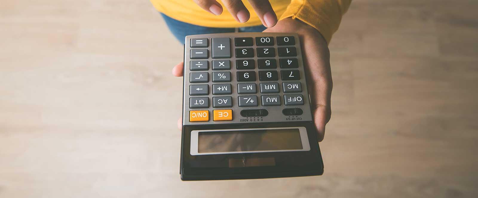 žena držiaca kalkulačku