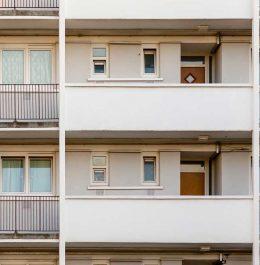 balkóny v bytovom dome