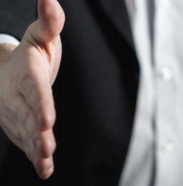 podanie ruky muž v obleku