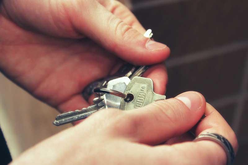 kľúče v rukách