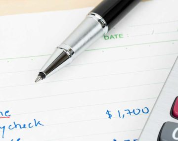 kalkulačka s perom a poznámkami rozpočet