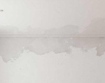 biele vlhké steny v interiéri