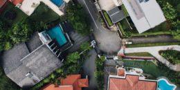 pohľad na ulicu z hora