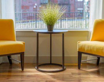 dve žlté stoličky