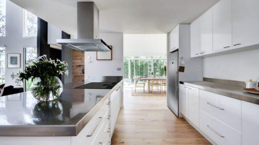 digestor ostročekový priestorový v kuchyni