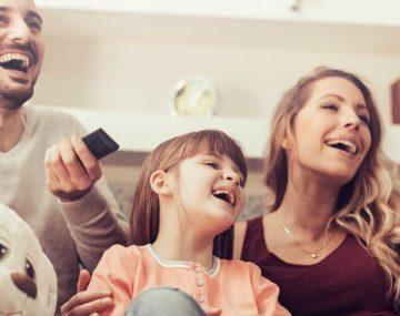 vysmiata rodina sleduje TV