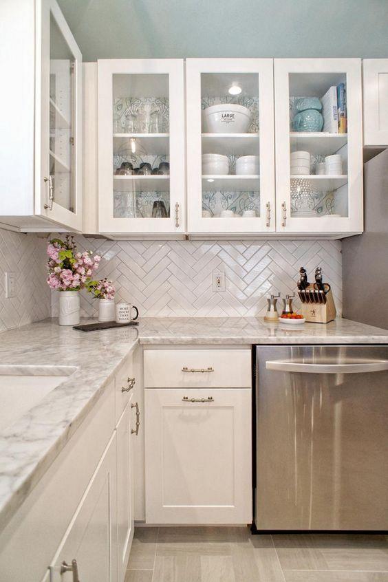 18ac6346ffebc Vintage kuchyne sa zameriavajú na detaily, akými môžu byť otvorené police,  regály či sklenené dvierka, ktoré všetkým ukážu historické servírovacie  misky, ...