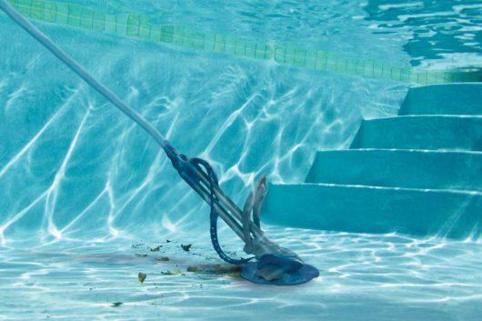 zelená voda v bazéne