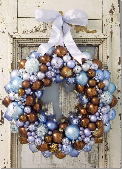 Veniec vyrobený z vianočných gulí
