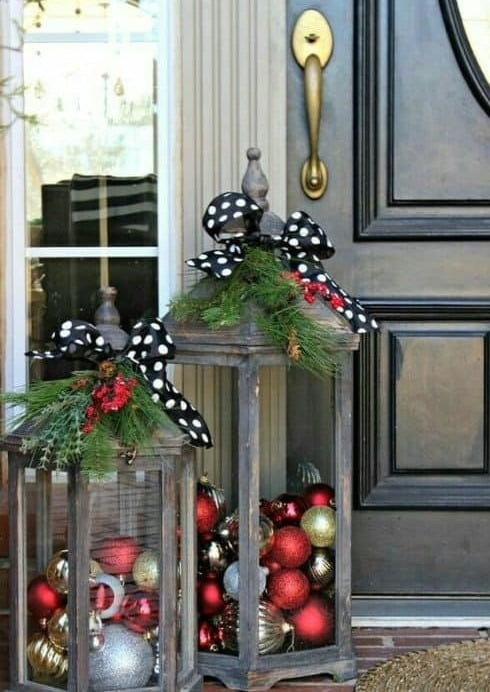 Veľké lucerny s vianočnými guľami